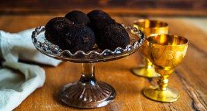 Truffle-maker! Chocolate Rum Truffles That Look Like Winter Truffles!