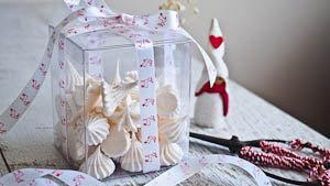 Edible Christmas Gifting: Minty Mini Meringue Kisses