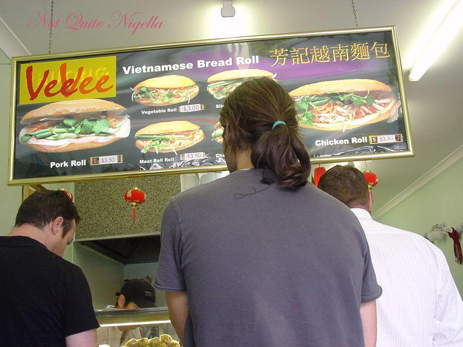 Vietnamese roll Blindfold challenge Hong Ha versus VeeVee