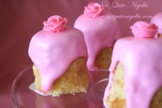 Sour cream and rose mini cakes wallpaper
